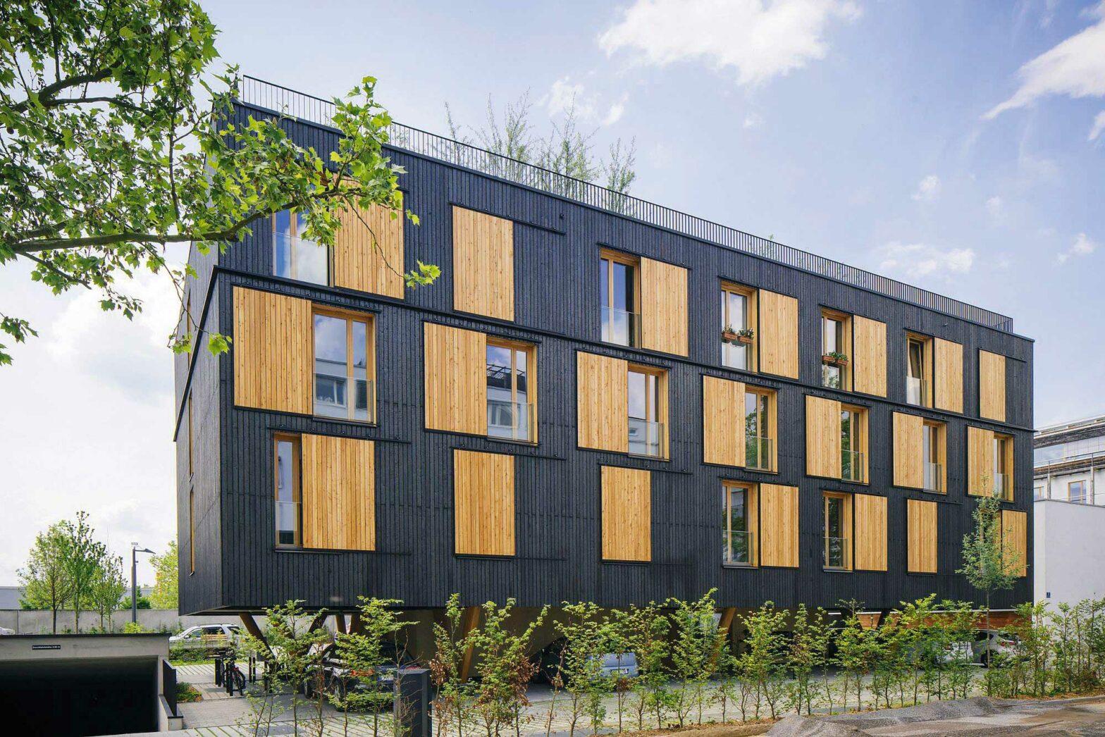 """Regensburg, 2021, das """"Haus auf Stelzen"""" ist fertiggestellt. Wohnhaus aus Holz: Leuchtturmprojekt der Bayerischen Staatsforsten"""